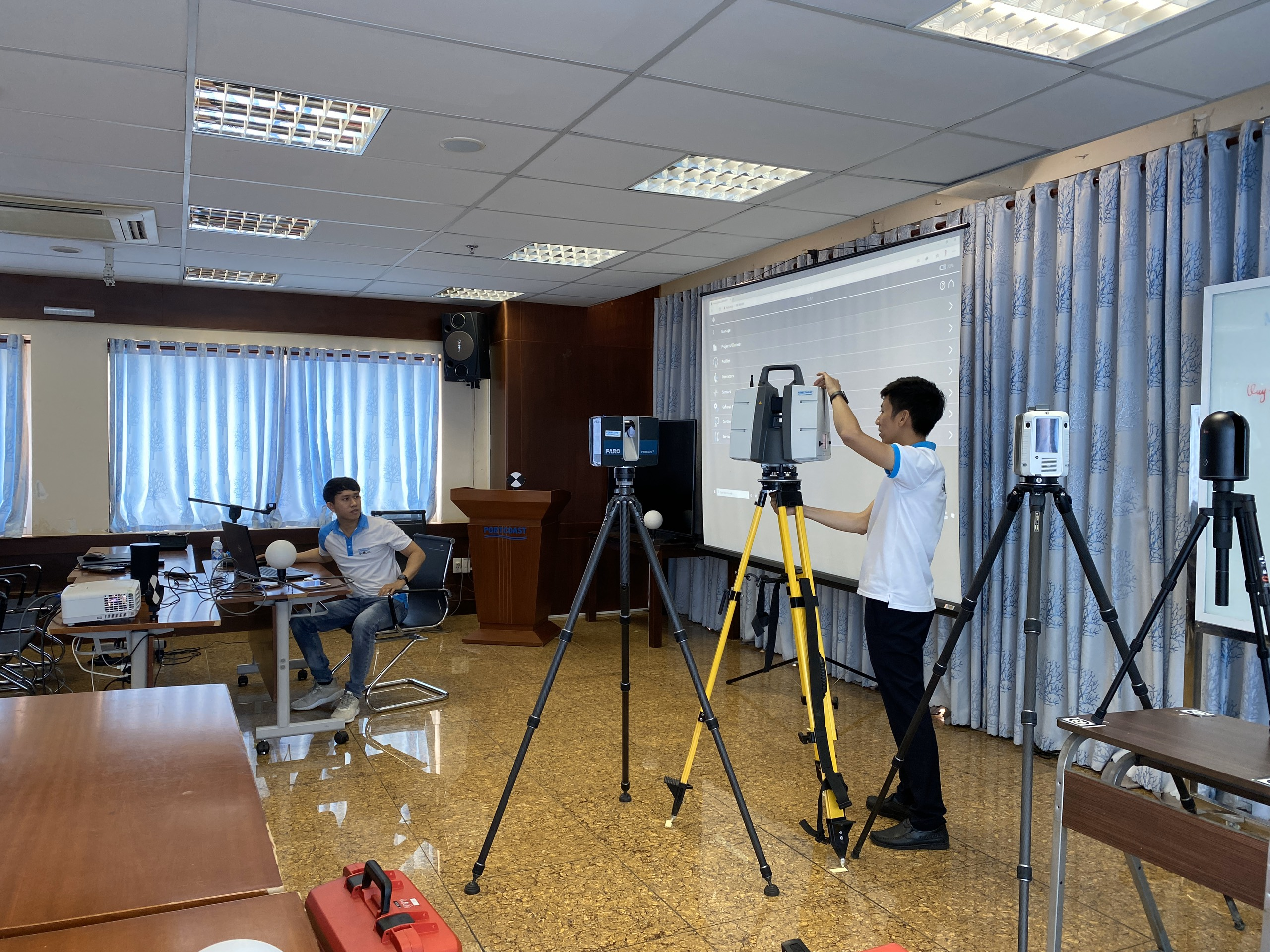 Mr. Phuoc and Mr. Truong coordinate instructions on manipulating assembly and use of laser scanning function of 4 types of the most modern laser scanner